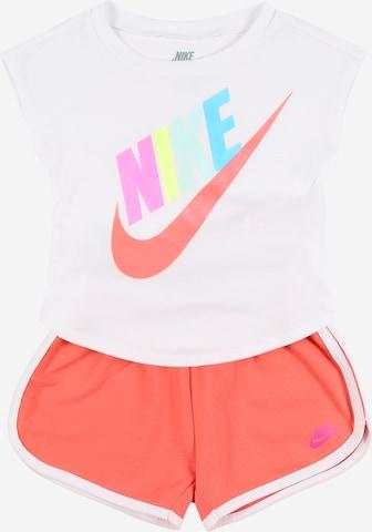 Nike Sportswear Setti 'FUTURA SS TEE & SHORT SET' värissä oranssi