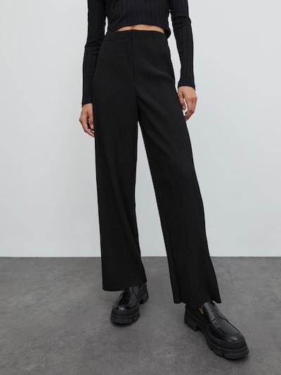 EDITED Broek 'Liana' in de kleur Zwart, Modelweergave