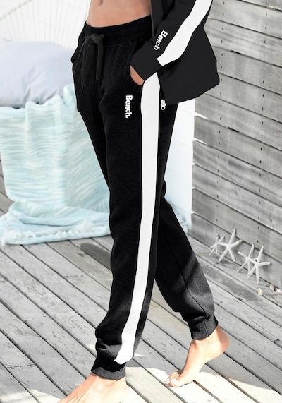 BENCH Sweathose in schwarz / weiß, Modelansicht