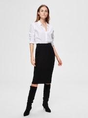 Žena v černé business sukni