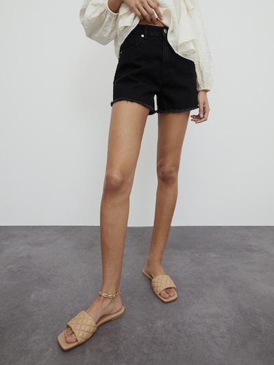 EDITED Jeansshorts 'Jacey ' in schwarz, Modelansicht