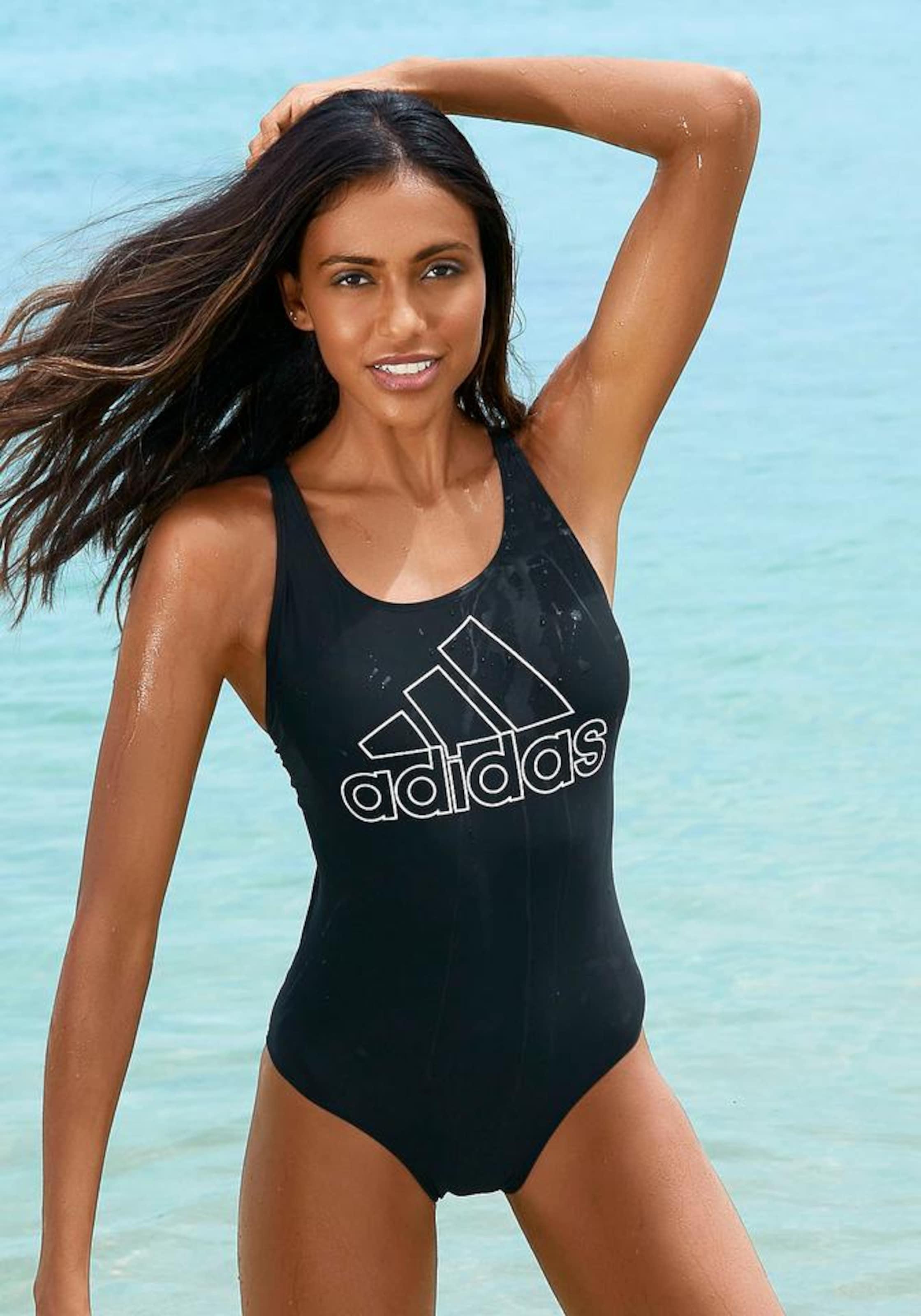 Frau in Sportbadeanzug von adidas