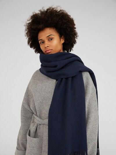 Šalikas 'Esma' iš EDITED , spalva - tamsiai mėlyna, Modelio vaizdas
