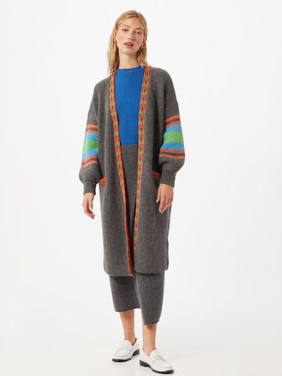 DELICATELOVE Manteau en tricot 'Anna' en bleu / gris / pomme / rouge, Vue avec modèle