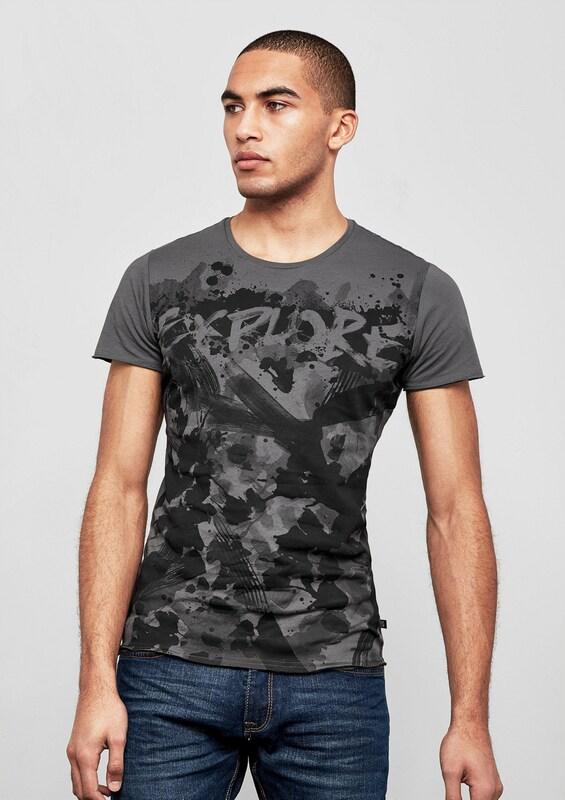 Q/S designed by T-Shirt mit Trash-Design