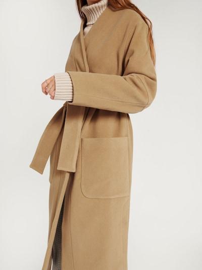 Palton de iarnă 'Nola' EDITED pe bej închis, Vizualizare model