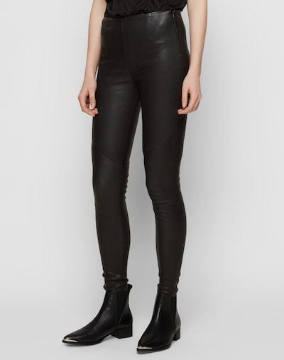 tigha Hose 'Nori' in schwarz, Modelansicht