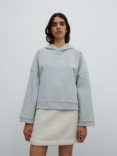 EDITED Sweatshirt 'Cherell' in hellgrau, Modelansicht