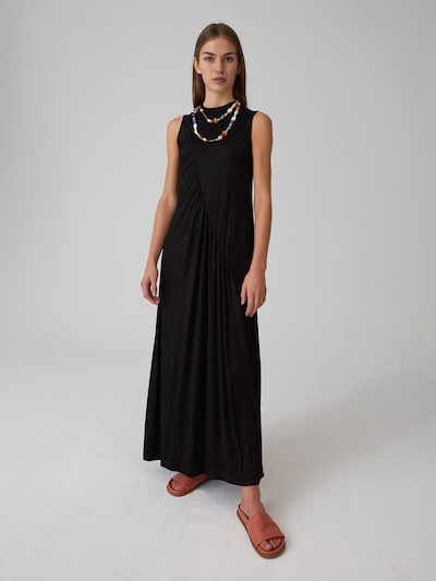 EDITED Jurk 'Noela' in de kleur Zwart, Modelweergave