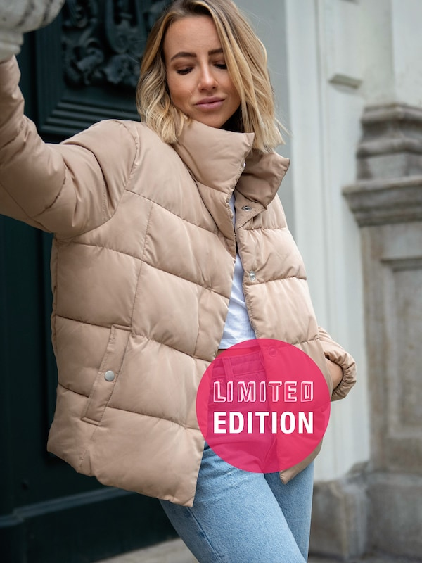 ABOUT YOU Limited Jacke 'Cassandra' by Christina Biluca in beige: Frontalansicht