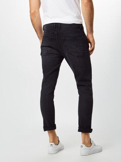 Jeans Urban Classics pe denim negru: Privire spate