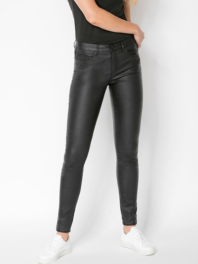 PIECES Jeansy 'BETTY' w kolorze czarnym, Podgląd na modelu(-ce)