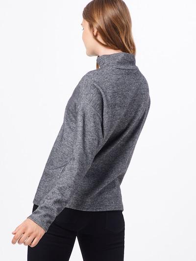 Megztinis 'Gukine' iš OPUS , spalva - pilka / balta: Vaizdas iš galinės pusės