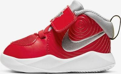 NIKE Chaussure de sport 'Team Hustle D 9' en rouge / argent, Vue avec produit