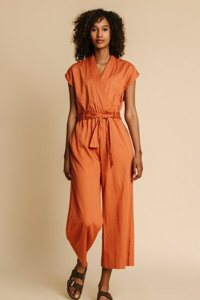Thinking MU Jumpsuit 'Terracotta Malawi' in cognac / apricot, Modelansicht