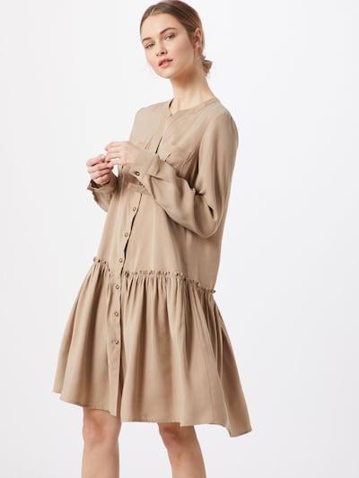 VERO MODA Sukienka koszulowa 'VMMICHALLA' w kolorze beżowy / kolory błotnistem, Podgląd na modelu(-ce)