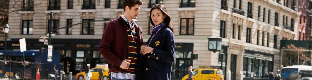 Mann und Frau in Tommy Hilfiger Kleidung