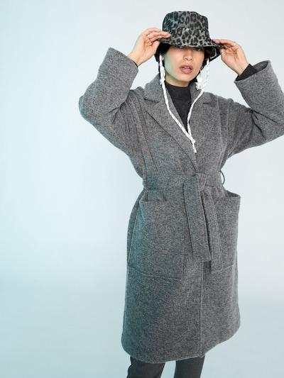 EDITED Płaszcz zimowy 'Casie' w kolorze nakrapiany szarym, Podgląd na modelu(-ce)