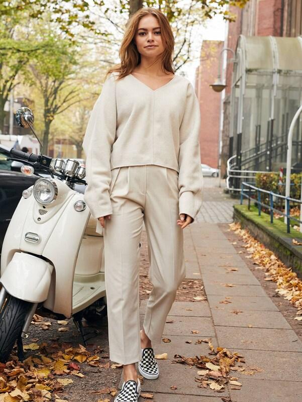 Elegante Outfits 2020: Streetstyle Hosenanzug - Claire Rose im Cozy Beige Look