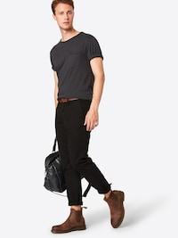 Muž v klasických pánkých kalhotech značky Jack & Jones