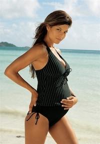 Těhotná žena v pruhovaných tankinách značky LASCANA
