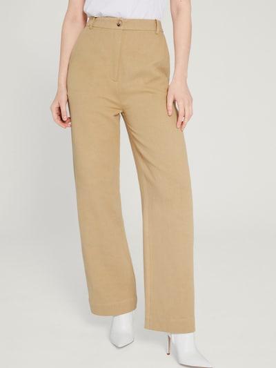 Pantaloni 'Dunia' EDITED pe bej, Vizualizare model