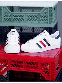 Adidas Superstar blanches à rayures rouges et blanches