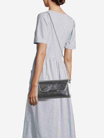 ABOUT YOU Kopertówka 'Ariana' w kolorze srebrnym, Podgląd na modelu(-ce)