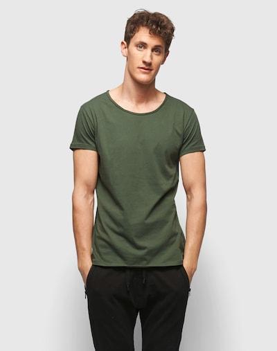 tigha T-Shirt mit offenkantigem Ausschnitt 'Wren' in oliv, Modelansicht