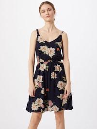 Žena v kvetovaných letných šatách na ramienka