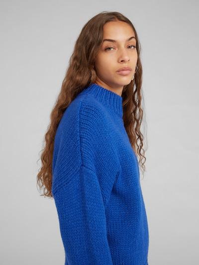 EDITED Trui 'Egid' in de kleur Blauw, Modelweergave