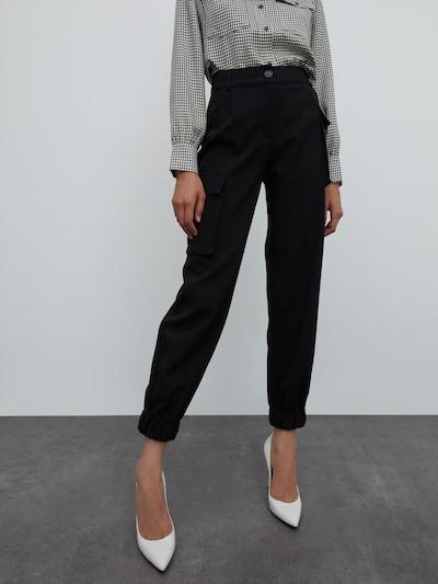EDITED Pantalon cargo 'Sina' en noir, Vue avec modèle