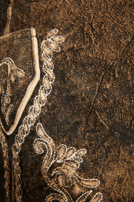 MARJO Kurze Trachtenlederhose mit Gürtel