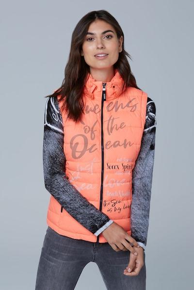Soccx Steppweste mit Print und Kapuzenkragen in orange, Modelansicht