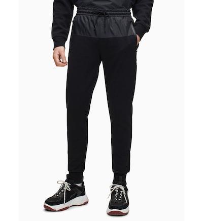 Calvin Klein Jogginghose in schwarz, Modelansicht