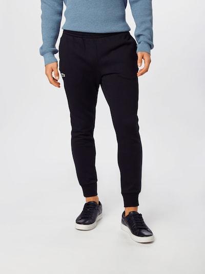 LACOSTE Pantalon en noir, Vue avec modèle