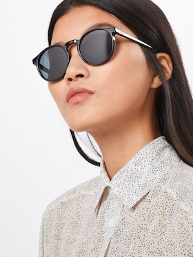 Жена със слънчеви очила