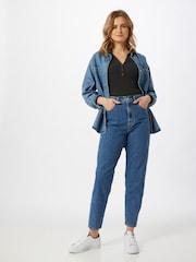 Eine Frau in Levi's Mom Jeans 'High Loose Taper'