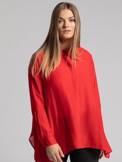 Ulla Popken Blouse in de kleur Rood, Modelweergave