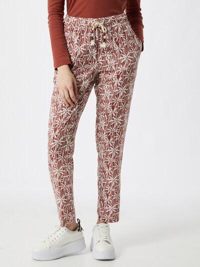 Iriedaily Chino in de kleur Rood / Wit, Modelweergave