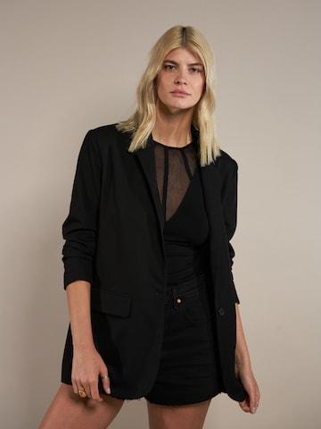ABOUT YOU x Laura Giurcanu Marynkarka 'Amanda' w kolorze czarny