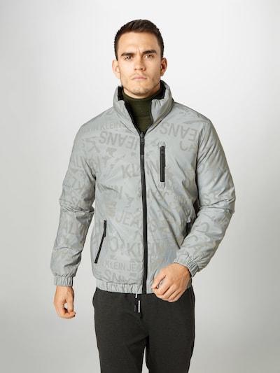 Calvin Klein Jeans Kurtka zimowa w kolorze szary / czarnym, Podgląd na modelu(-ce)