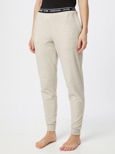 Calvin Klein Pantalon en beige / noir, Vue avec modèle