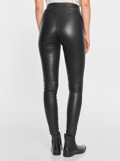 Notyz Broek in de kleur Zwart, Modelweergave