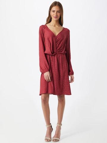 Rochie de la ICHI pe roșu