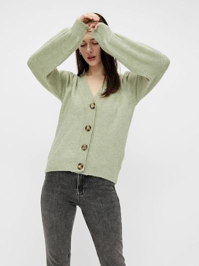 PIECES Strickjacke 'Cina' in pastellgrün, Modelansicht