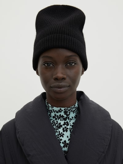 Megzta kepurė 'Javier' iš EDITED , spalva - juoda, Modelio vaizdas