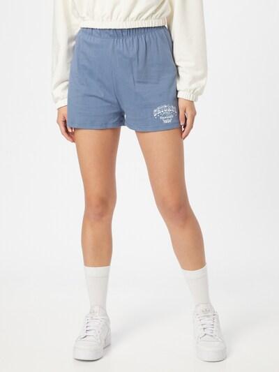 Trendyol Shorts in taubenblau / weiß, Modelansicht