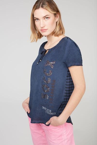 Soccx Blusenshirt mit gestreifter Rückseite in blau, Modelansicht