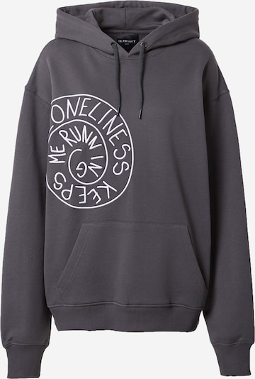 IN PRIVATE Studio Sweater majica 'LONELINESS KEEPS ME RUNNING' u tamo siva / bijela, Pregled proizvoda